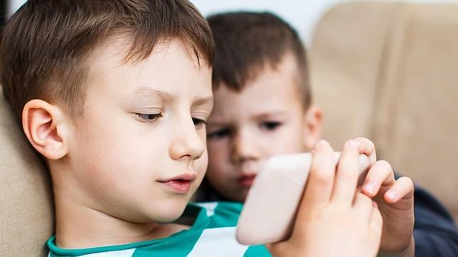 Los españoles usamos el móvil más de tres horas diarias